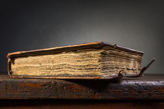 Κλειστό αρχαίο βιβλίο Στοκ φωτογραφία με δικαίωμα ελεύθερης χρήσης