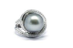 Κλειστό επάνω σκοτεινό μαργαριτάρι με το δαχτυλίδι διαμαντιών και λευκόχρυσου Στοκ εικόνες με δικαίωμα ελεύθερης χρήσης