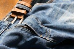 Κλειστό επάνω τζιν παντελόνι με τη ζώνη δέρματος, εκλεκτική εστίαση στοκ εικόνες με δικαίωμα ελεύθερης χρήσης