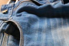 Κλειστό επάνω τζιν παντελόνι με τη ζώνη δέρματος, εκλεκτική εστίαση στοκ φωτογραφία
