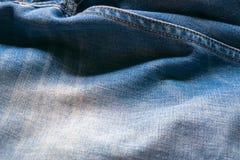 Κλειστό επάνω τζιν παντελόνι, σύσταση τζιν, εκλεκτική εστίαση στοκ φωτογραφίες με δικαίωμα ελεύθερης χρήσης