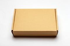 Κλειστό κουτί από χαρτόνι που απομονώνεται σε ένα λευκό Στοκ εικόνες με δικαίωμα ελεύθερης χρήσης