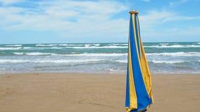 Κλειστό μεγάλο καλοκαίρι θάλασσας ημέρας ομπρελών θυελλώδες απόθεμα βίντεο