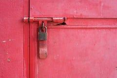 Κλειστό λουκέτο προστασίας ασφάλειας πορτών κλειδαριών μετάλλων Στοκ Φωτογραφίες