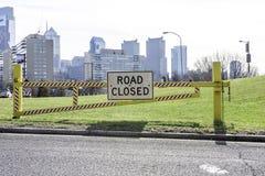 Κλειστό δρόμος σημάδι στη Φιλαδέλφεια με την πόλη στο υπόβαθρο Στοκ εικόνα με δικαίωμα ελεύθερης χρήσης