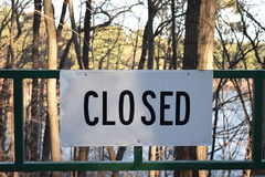 Κλειστό σημάδι που τοποθετείται στην πράσινη πύλη Στοκ Εικόνα