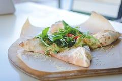 Κλειστό calzone πιτσών με oregano και το τυρί Στοκ εικόνα με δικαίωμα ελεύθερης χρήσης