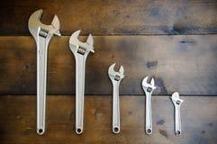 Κλειδί ή διευθετήσιμο γαλλικό κλειδί στο ξύλινο πίσω έδαφος, βασικά εργαλεία χεριών Στοκ εικόνα με δικαίωμα ελεύθερης χρήσης