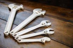 Κλειδί ή διευθετήσιμο γαλλικό κλειδί στο ξύλινο πίσω έδαφος, βασικά εργαλεία χεριών Στοκ φωτογραφίες με δικαίωμα ελεύθερης χρήσης