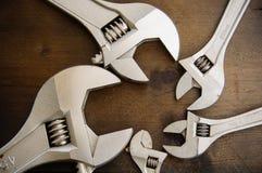 Κλειδί ή διευθετήσιμο γαλλικό κλειδί στο ξύλινο πίσω έδαφος, βασικά εργαλεία χεριών Στοκ Φωτογραφία