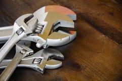 Κλειδί ή διευθετήσιμο γαλλικό κλειδί στο ξύλινο πίσω έδαφος, βασικά εργαλεία χεριών Στοκ φωτογραφία με δικαίωμα ελεύθερης χρήσης