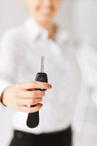 Κλειδί αυτοκινήτων εκμετάλλευσης χεριών γυναικών Στοκ Φωτογραφίες
