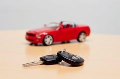 Κλειδί αυτοκινήτων με τη σκιαγραφία ενός μετατρέψιμου αυτοκινήτου καμπριολέ Στοκ Εικόνα