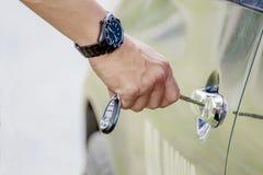 Κλειδί αυτοκινήτων που παρεμβάλλεται στην τρύπα κλειδαριών Στοκ εικόνες με δικαίωμα ελεύθερης χρήσης