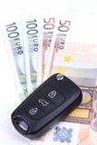 Κλειδί αυτοκινήτων στα χρήματα Στοκ Φωτογραφίες