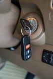 Κλειδί αυτοκινήτων στην κλειδαριά έναρξης ανάφλεξης Στοκ φωτογραφία με δικαίωμα ελεύθερης χρήσης