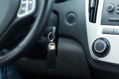 Κλειδί αυτοκινήτων στην κλειδαριά έναρξης ανάφλεξης Στοκ Εικόνες