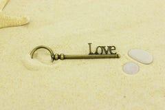 Κλειδί για την αγάπη σε μια παραλία Στοκ Φωτογραφία