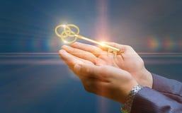 Κλειδί για την επιτυχία στην επιχείρηση στα χέρια Στοκ εικόνες με δικαίωμα ελεύθερης χρήσης