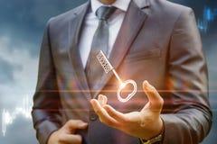 Κλειδί για την επιτυχία στο χέρι επιχειρηματιών Στοκ Εικόνα