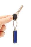 Κλειδί με ένα keychain στο χέρι Στοκ Εικόνα