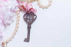 Κλειδί σκελετών με τα peony λουλούδια Στοκ εικόνα με δικαίωμα ελεύθερης χρήσης