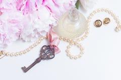 Κλειδί σκελετών με τα peony λουλούδια Στοκ Εικόνα