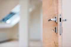 Κλειδί στην κλειδαρότρυπα της ξύλινης πόρτας στοκ φωτογραφία