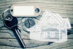 Κλειδί στο ξύλινο υπόβαθρο Στοκ φωτογραφία με δικαίωμα ελεύθερης χρήσης