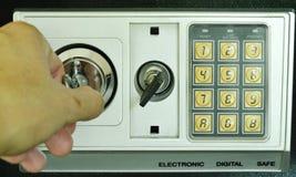 Κλειδί συστροφής χεριών για την τρύπα για το ανοικτό ασφαλές κιβώτιο με τον ηλεκτρονικό αριθμό ασφάλειας Στοκ Φωτογραφίες