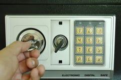 Κλειδί συστροφής χεριών για την τρύπα για το ανοικτό ασφαλές κιβώτιο με τον ηλεκτρονικό αριθμό ασφάλειας Στοκ φωτογραφία με δικαίωμα ελεύθερης χρήσης