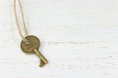 Κλειδί του Παρισιού σε ένα άσπρο στενοχωρημένο ξύλινο υπόβαθρο Στοκ Φωτογραφία