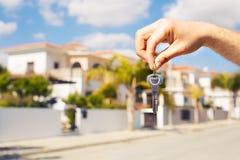 Κλειδί υπό εξέταση για το νέο σπίτι και την ακίνητη περιουσία Στοκ Εικόνα