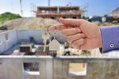 Κλειδί υπό εξέταση του κτηματομεσίτη Στοκ φωτογραφίες με δικαίωμα ελεύθερης χρήσης