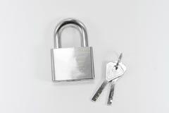 Κλειδαριά και κλειδί μετάλλων στο άσπρο υπόβαθρο Στοκ Εικόνες