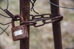 Κλειδαριά με την αλυσίδα στην παλαιά πύλη closeup ανασκοπήσεις που τίθεν&tau Στοκ εικόνες με δικαίωμα ελεύθερης χρήσης