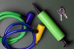 Κλειδαριά ποδηλάτων με το κλειδί στον πράσινο πίνακα που απομονώνεται Στοκ Εικόνες