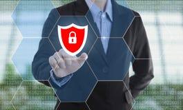 Κλειδαριά στοιχείων ασφάλειας κουμπιών συμπίεσης χεριών επιχειρηματιών Στοκ φωτογραφίες με δικαίωμα ελεύθερης χρήσης