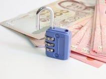 Κλειδαριά χρημάτων αποταμίευσης στενό σε επάνω υποβάθρου Στοκ φωτογραφία με δικαίωμα ελεύθερης χρήσης