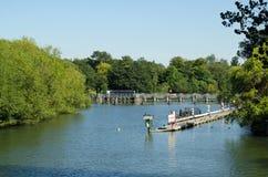 Κλειδαριά Caversham στον ποταμό Τάμεσης στην ανάγνωση Στοκ Εικόνες