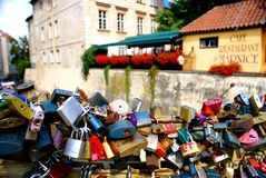 Κλειδαριές αγάπης κατά μήκος του καναλιού κοντά στη γέφυρα του Charles στην Πράγα Στοκ εικόνες με δικαίωμα ελεύθερης χρήσης