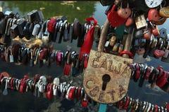 Κλειδαριές αγάπης που καθορίζονται στο Dmitrov Κρεμλίνο, Ρωσία στοκ φωτογραφία με δικαίωμα ελεύθερης χρήσης