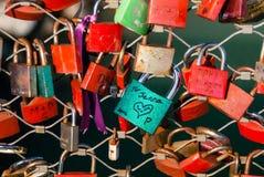 Κλειδαριές αγάπης σε μια γέφυρα Στοκ Εικόνες