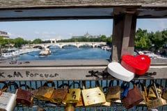 Κλειδαριές αγάπης στη γέφυρα Pont de Arts του Παρισιού Στοκ Εικόνα