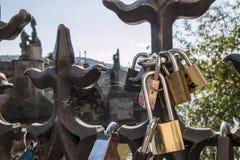 Κλειδαριές αγάπης στο φράκτη Στοκ Φωτογραφίες