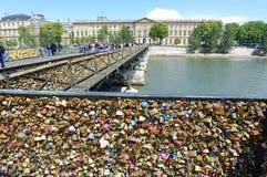 Κλειδαριές αγάπης Pont des Arts Bridge Στοκ Φωτογραφία
