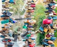 Κλειδαριές καρδιών αγάπης Ζωηρόχρωμο δέντρο λουκέτων στο κιγκλίδωμα γεφυρών στοκ φωτογραφία