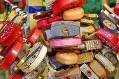 Κλειδαριές καρδιών αγάπης Πολύ ζωηρόχρωμο υπόβαθρο δέντρων λουκέτων στοκ εικόνα