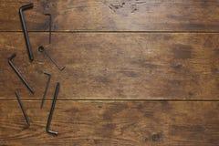 Κλειδιά Άλλεν στο αγροτικό ξύλινο υπόβαθρο Στοκ Εικόνα
