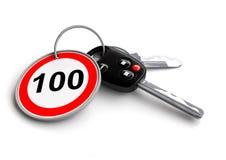 Κλειδιά αυτοκινήτων με το οδικό σημάδι ορίου ταχύτητας στο μπρελόκ Στοκ Φωτογραφία